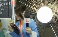 Китайська журналістка мало не розбила пляшку бренді за $600 в прямому ефірі (ВІДЕО)