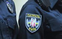 Задержали сына: Агрессивная мать в участке набросилась на полицейского (видео)