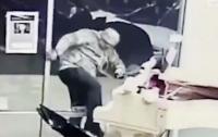 Необычное ограбление: мужчина взломал магазин ради плюшевой игрушки (видео)