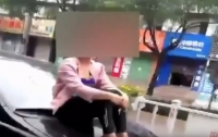 Китаец катал жену на капоте по оживленной трассе (видео)