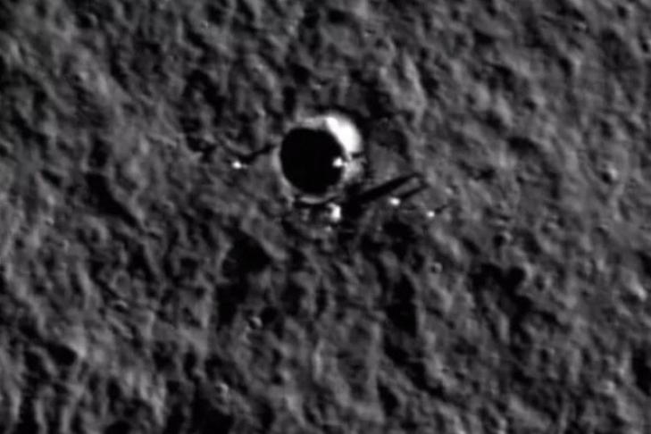 Уфологи обнаружили черный НЛО уповерхности Луны
