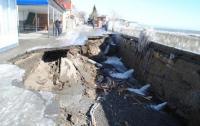 В Крыму вандалы растаскивают разбитые штормом набережные на металл (ФОТО)