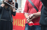 От безысходности рабочие ЕВРО-2012 приковывают себя цепями к фан-зоне (ФОТО)