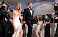 Дженнифер Лопес и Бен Аффлек целовались на красной дорожке Венецианского кинофестиваля (видео)
