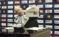 Журналист съел газету после победы хоккейной команды (Видео)
