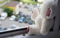 Сетка не выдержала: в Мариуполе из окна выпал ребенок
