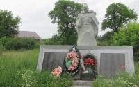 На Луганщине вандалы изуродовали памятник погибшим воинам (ФОТО)