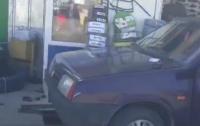 Пьяный водитель влетел в витрину магазина в Харькове (видео)