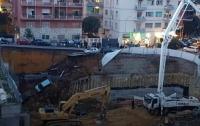 В Риме дорога вместе с авто обвалилась на 10 метров