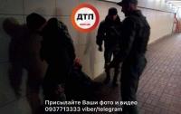В Киеве бездомный напал с ножом на девушку с ребенком