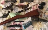 Под Киевом мужчины чинили и продавали найденное оружие