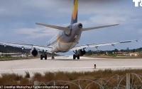 Взлетающий самолет сбил с ног британского туриста (видео)