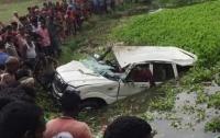 В Индии шестеро детей не смогли выбраться из тонущего авто