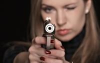 Среди белого дня в Одессе девушка устроила стрельбу