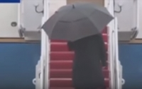 У Трампа случился конфуз с зонтом (видео)
