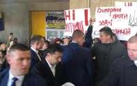 Зеленский столкнулся с акцией протеста (видео)