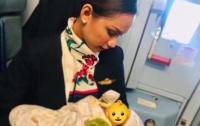 Стюардесса накормила грудью чужого ребенка во время полета