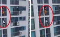 Кореец спас самоубийцу ударом ноги (видео)