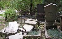 В Черкасской области мужчина разгромил 30 памятников на кладбище, испугавшись зомби