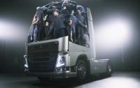 Проехать под грузовиком и остаться живым (ВИДЕО)
