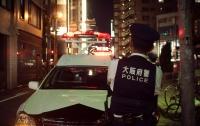 Отобрал оружие у полицейского: в Японии неизвестный стрелял по прохожим