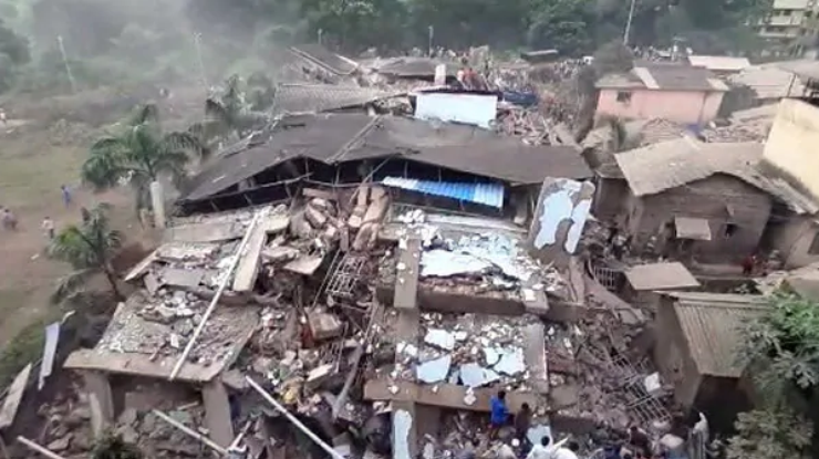 В Индии рухнул многоэтажный дом: под завалами около 200 человек