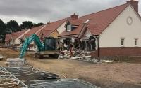 В Англии румынский экскаваторщик разрушил пять домов стоимостью £4 млн