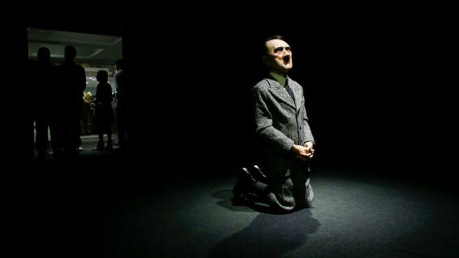 Скандальная скульптура стоящего наколенях Гитлера продана за17 млн. долла ...