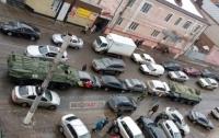 Два БТР смяли несколько легковушек в центре российского города (видео)