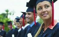 Американской студентке не отдали аттестат из-за ношения перьев