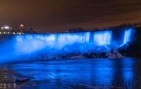 Ниагарский водопад подсветили голубым в честь первенца Меган Маркл и принца Гарри