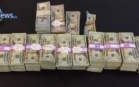 Таксист вернул пассажиру забытый мешок с 200 тыс. долларов
