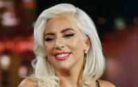 Пьяная Леди Гага не смогла сесть в авто и упала (видео)