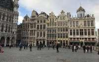 Брюссель ужесточает правила карантина для непривитых путешественников