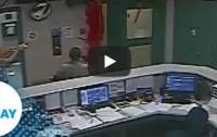 При попытке побега заключенный свалился полицейским на головы (видео)