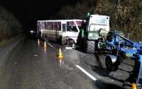 На Луганщине автобус въехал в трактор: десятки пострадавших