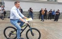 Народный депутат сделал вид, что у него нет автомобиля и решил себя прорекламировать очередным скандалом