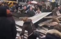 Строительные леса в центре Нью-Йорка рухнули на прохожих (видео)