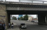 В Киеве мужчина упал с железнодорожного моста