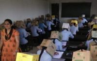 Студенты в Индии сдавали экзамены в коробках