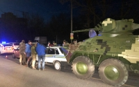БТР создал пробку, попав в ДТП на дороге Киева (фото)