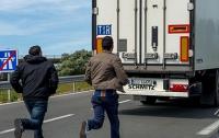 За день две тысячи мигрантов попытались попасть в Англию через туннель