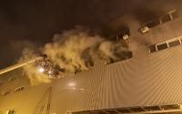 В спальном районе столицы загорелся склад с пластиком и картоном (фото)