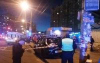 В Киеве таксист влетел в остановку, пострадали люди
