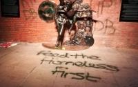 Британцы осквернили памятник Боуи, обвинив власти в растрате