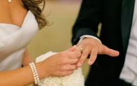 Невеста-парамедик из США помчалась на помощь сразу после свадьбы