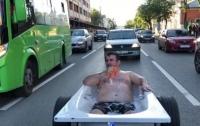 Полуобнаженный мужчина прокатился по улицам в ванной