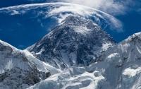 Альпинист сфотографировал корабль инопланетян над Эверестом (видео)