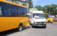 ДТП в Днепре: столкнулись три маршрутки, есть пострадавший