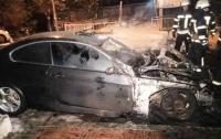 В Киеве мужчина поджег два автомобиля и скрылся